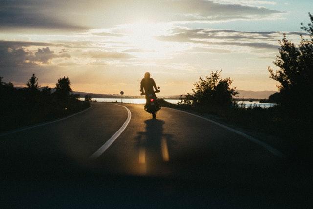 noční jízda na motorce