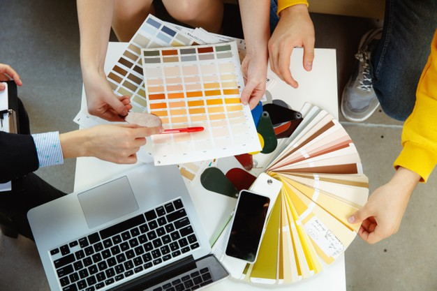 interior-designer-working-with-young-couple_155003-29457